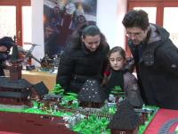 Cum arata satul maramuresean construit din 15.000 de piese lego. Macheta reproduce in cele mai mici detalii viata de la sat