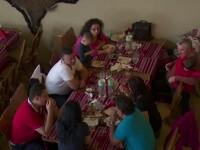 Petreceri in statiunile montane. In lipsa zapezii, turistii si-au petrecut mare parte din timp la... masa