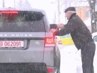 Gigi Becali sta ascuns de ochii presei. Milionarul si-a salutat din masina un vecin si l-a intrebat daca are iaurt de vanzare