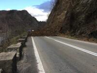 Trafic blocat pe Valea Oltului. Drumul a fost acoperit in totalitate de pamant si bolovani, cazuti de pe un versant