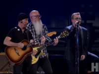 Eagles of Death Metal, revenire emotionanta pe scena din Paris dupa atacul din 13 noiembrie. Piesa cantata alaturi de Bono