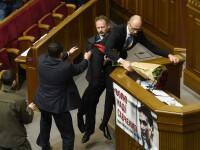 Premierul ucrainean, ridicat in brate si scos de la tribuna de un parlamentar. Momentul a declansat o bataie generala