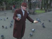 Desi are 92 de ani, merge zilnic in parc pentru a hrani porumbeii si sa uite de probleme.
