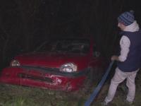 O soferita din Sibiu a devenit cascador din greseala si a ajuns cu masina in raul Cibin dupa ce a pierdut controlul volanului