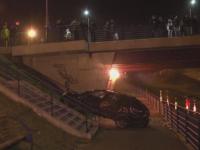 Cascadorie la Sibiu. A cazut cu masina de pe pod pe malul raului Cibin, dupa ce a fost lovit de un sofer incepator