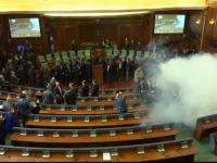 Gaze lacrimogene in Parlamentul din Kosovo pentru a sasea oara, in ultimele 2 luni. Subiectul care a provocat scandalul