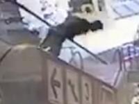 A cazut de pe scara rulanta din mall pe capul unui barbat. Deznodamantul neasteptat al accidentului socant. VIDEO