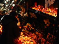 Locul tragediei de la Colectiv s-a transformat intr-un altar in memoria victimelor. Mesajele emotionante lasate aseara