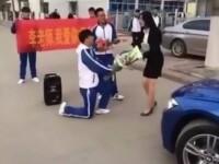 Un adolescent chinez si-a cerut in casatorie profesoara, cu muzica si flori. Cum a reactionat femeia la propunere. VIDEO