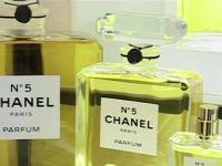 Casa de moda Chanel, protest fata de construirea unei linii de cale ferata. Cum afecteaza productia celebrului parfum No.5