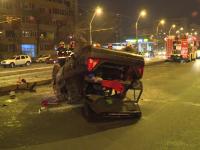 O masina s-a rasturnat, dupa ce a izbit cu putere un refugiu de tramvai. Soferul ranit a iesit singur din autovehicul