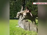 Pentru ca parintii nu au avut bani pentru cal, o tanara a invatat sa calareasca pe vaca. Imaginile devenite virale pe net