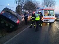 Un șofer a pierdut controlul volanului și s-a răsturnat cu mașina într-o curbă. VIDEO