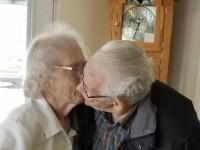 Un cuplu de bătrâni, separat pentru prima dată în 70 de ani, de Crăciun. Povestea lor face înconjurul internetului