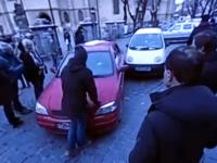 Incident la protestele din fața PSD Sibiu. Protestatar acroșat de o mașină