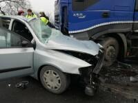 Un mort și patru răniți, în urma unui impact violent între un autotren și două autoturisme
