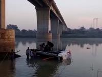 Un autocar a căzut în gol de la peste 20 m, în India: 33 morți. VIDEO
