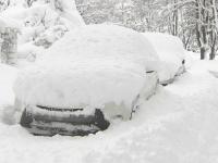 Orasul îngropat în zăpadă de o furtună. Șoferii nu şi-au mai găsit maşinile