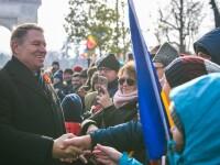Președintele Klaus Iohannis a făcut baie de mulţime, după parada de Ziua Națională