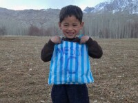 Veste tristă despre copilul afgan care și-a făcut tricou cu Messi dintr-o pungă de plastic