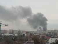 Incendiu violent izbucnit la o clădire dintr-o zonă aglomerată a Capitalei