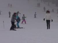 """Zeci de turiști au împânzit pârtiile din Poiana Brașov. Buget """"nelimitat"""" pentru unii"""