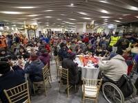 Stație de metrou, transformată într-o sală de mese pentru oamenii străzii