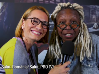 Andreea Esca, de vorbă cu actrița Whoopi Goldberg la lansarea calendarului Pirelli:
