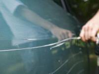 O femeie din Sibiu ar fi zgâriat nouă mașini, în Cluj. Prejudiciu de zeci de mii de lei
