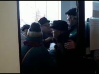 Pensionarii din Galaţi au respectat şi anul acesta tradiţia luptei pe bilete ieftine la Revelion