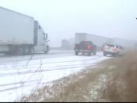 Accident în lanț filmat de un șofer. 50 de mașini, camioane şi TIR-uri s-au ciocnit