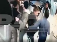 Tânără bătută într-o cafenea de 7 bărbaţi.