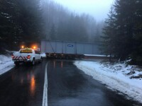Un transport agabaritic a rămas blocat într-o curbă pe DN 1A. Circulația a fost blocată ore în șir