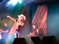 VIDEO. Momentul în care un cântăreț moare pe scenă, cu microfonul în mână