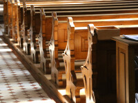 Patru bărbaţi, printre care un preot, au fost inculpaţi în India pentru violarea şi uciderea unei fetiţe