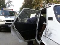 Un tanar a spart mai multe masini. Politistii l-au gasit pentru ca a adormit intr-una din masini
