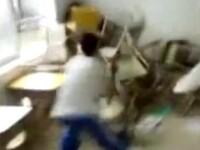 IMAGINI SOCANTE: Fetita batuta cu scaunele si bancile de catre colegii ei!