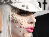 Lady GaGa si-a lipit perle pe fata si pe corp!