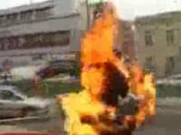 SOCANT! S-a stropit cu benzina si si-a dat foc in mijlocul strazii