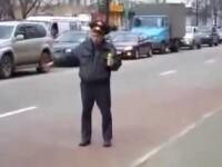 Circ cu epoleti. Un politist turmentat din Rusia face autostopul. VIDEO