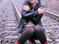 FOTO. O tanara s-a asezat sa pozeze pe calea ferata. Ce s-a intamplat cateva secunde mai tarziu