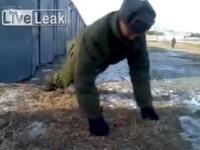 Cea mai tare iluzie optica de pe internet. Cum face un soldat rus flotari fara maini