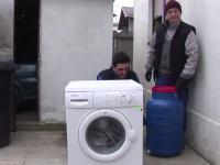 Disputa apriga intre moldoveni si olteni: cine a inventat de fapt masina de spalat cu butoi
