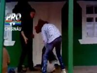 VIDEO socant. O adolescenta din Republica Moldova, batuta de doua fete pana cand lesina