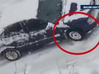 IMAGINI AMATOR. Ce a facut un barbat din Bucuresti ca sa isi scoata masina blocata in zapada. Imaginile au ajuns viral
