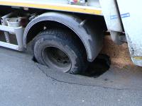 VIDEO. O masina RETIM a cazut cu roata intr-o groapa de jumatate de metru. Pamantul s-a surpat pe o strada recent asflatata