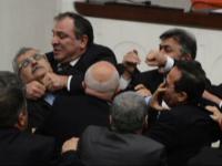 Batai si insulte in Parlamentul Turciei. Un deputat a ajuns la spital cu nasul spart