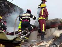 Incendiu puternic la o fabrica de mobila, 150 de muncitori evacuati. Pompierii au intervenit cu 10 autospeciale