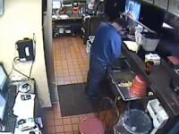 Clienti au spus ca nu mai mananca niciodata acolo. Ipostaza in care a fost filmat un angajat Pizza Hut. VIDEO