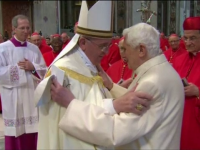 Papa Francisc si Papa Benedict al 16-lea, la prima aparitie publica impreuna. Ceremonia care a facut posibila intalnirea